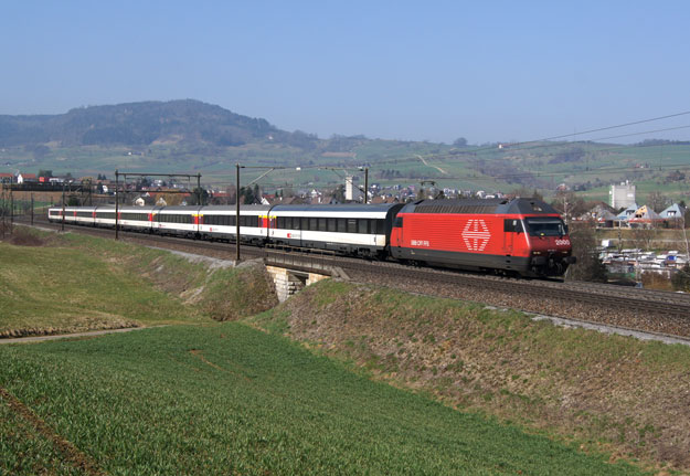 Interregion-Zug mit Lok Re 460
